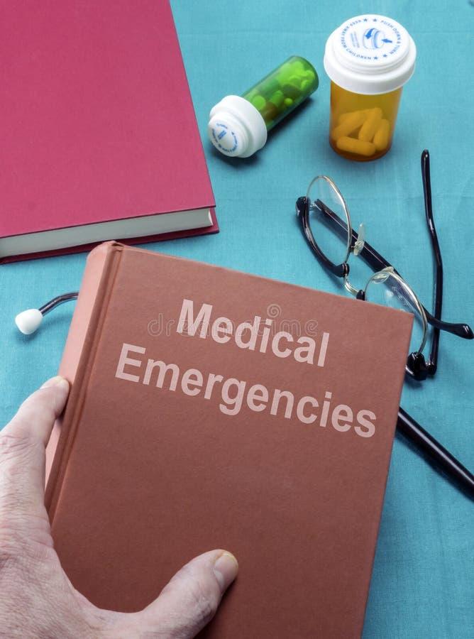 De arts houdt een medisch noodsituatieboek in het ziekenhuis stock fotografie