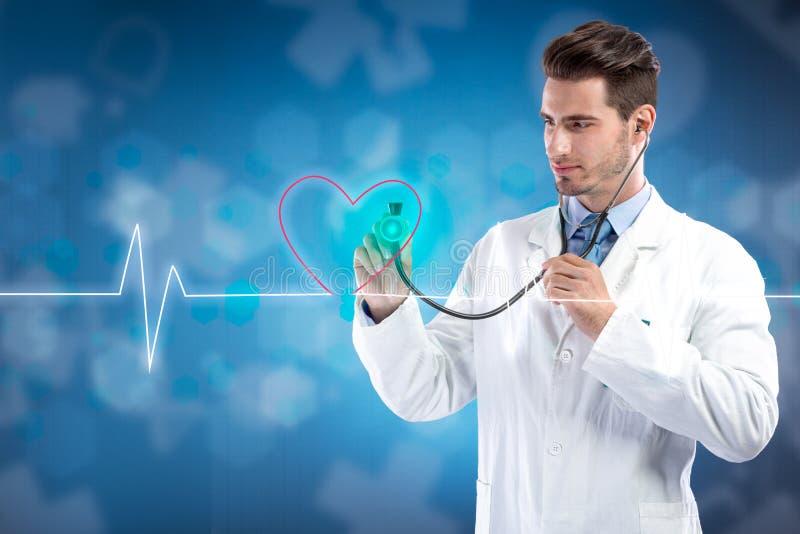 De arts met stethoscoop het luisteren hart sloeg stock fotografie