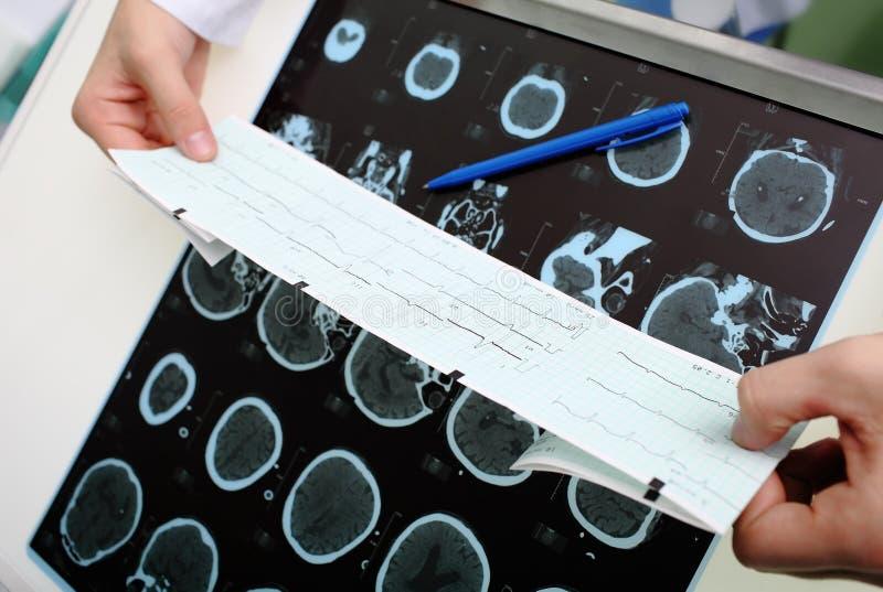 De arts onderzoekt de geduldige instrumentale gegevens royalty-vrije stock afbeelding