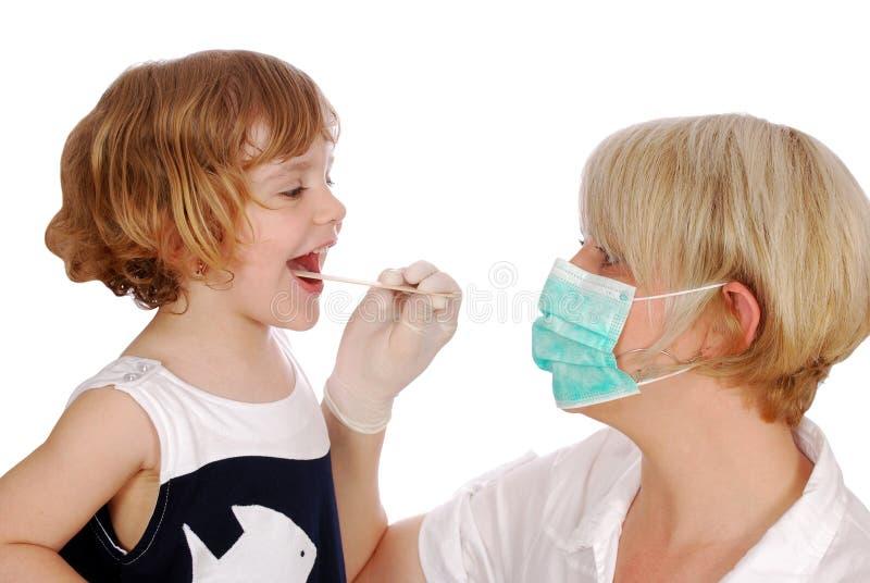 De arts onderzoekt keel stock fotografie
