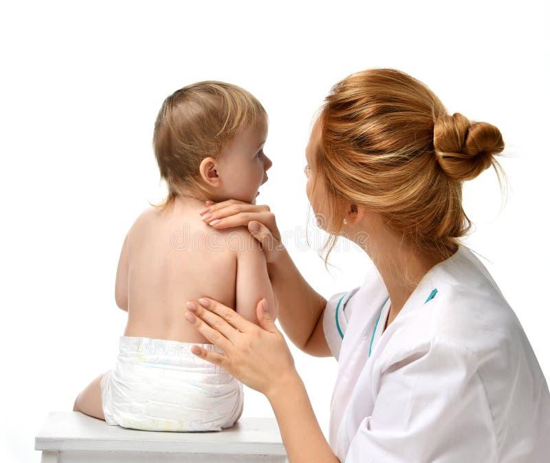 De arts overhandigt pediatertherapeut die massage maken aan de babyvoeten van de kindzuigeling Gezondheidszorg en geneeskundeconc stock fotografie