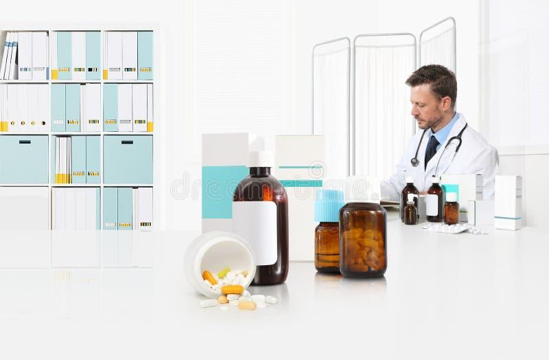 De arts schrijft voorschriftzitting op het bureaukantoor met voor pillen, drugs en geneeskundeflessen, medische behandelingconcep stock afbeeldingen