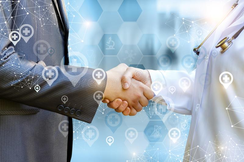 De arts schudt handen met patiënt stock foto's