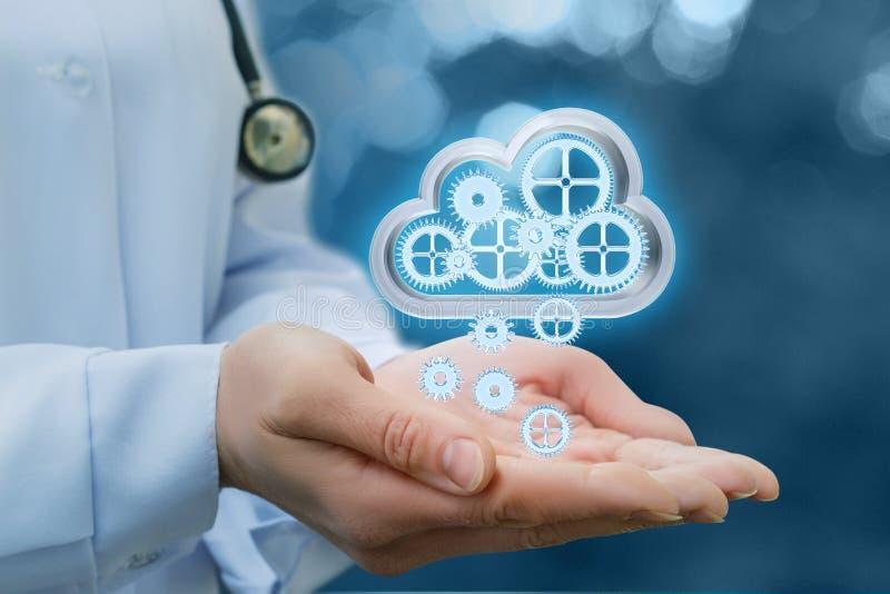 De arts schudt zijn informatie van wolkengegevens stock foto's