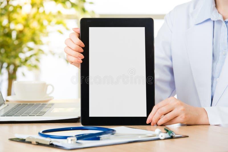 De arts toont digitale tablet om het geduldige medische geval van ` te controleren s stock afbeelding