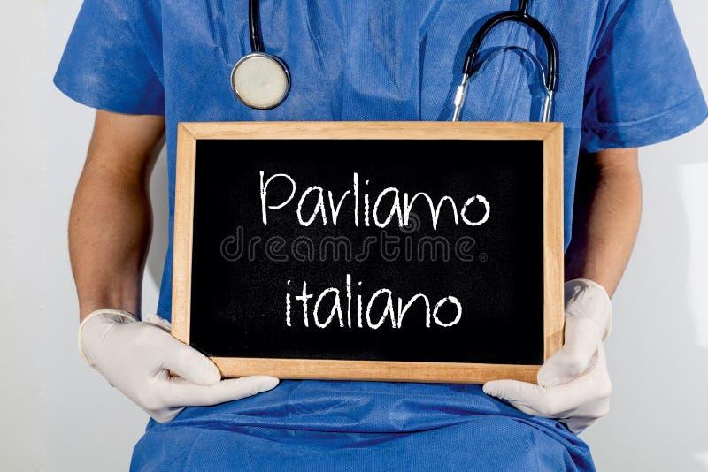 De arts toont informatie over bord: wij spreken het Italiaans MEDISCH concept stock fotografie