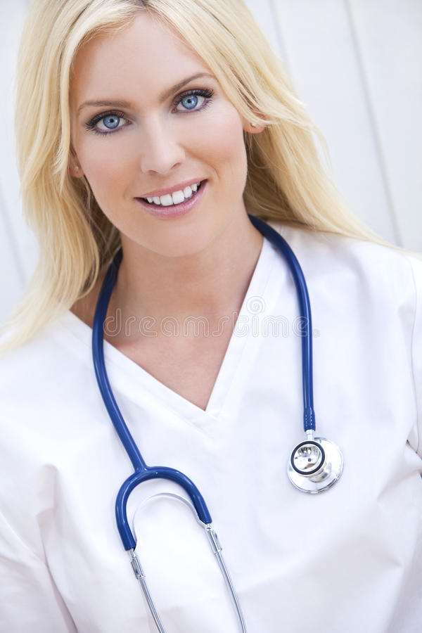 De Arts van het Ziekenhuis van de vrouw met Stethoscoop stock foto