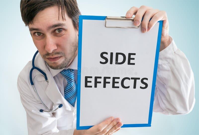 De arts waarschuwt voor bijwerkingen van geneeskunde Mening vanaf bovenkant stock foto