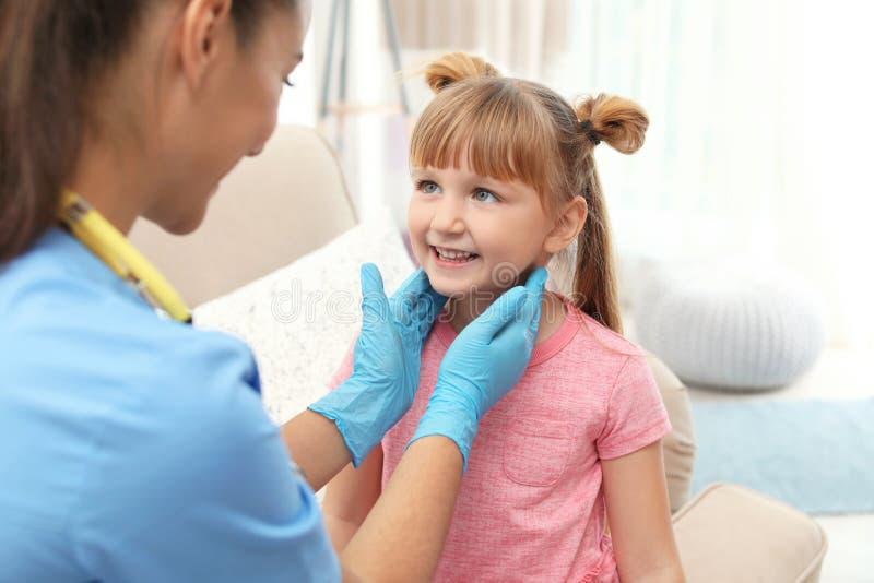 De artsen bezoekend meisje van kinderen stock afbeeldingen