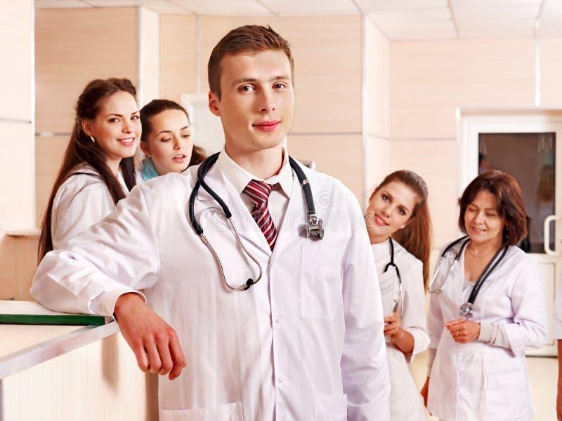 De artsen van de groep bij ontvangst in het ziekenhuis. stock afbeelding