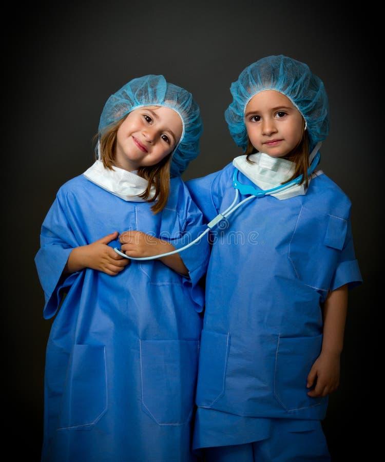 De artsen van het team met medische apparatuur stock afbeelding