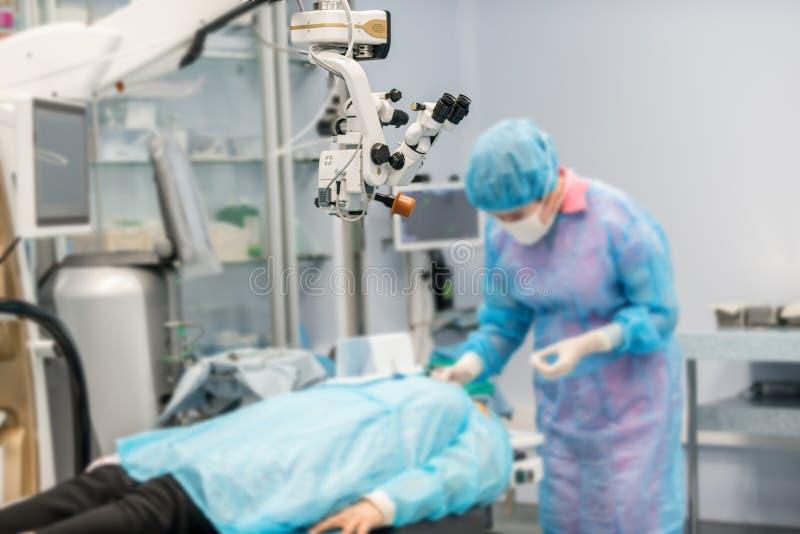 De artsen voerden een chirurgische operatie uit stock afbeelding