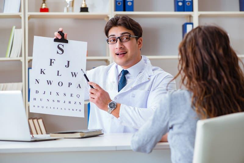 De artsenopticien die met brievengrafiek een controle van de oogtest leiden royalty-vrije stock afbeelding