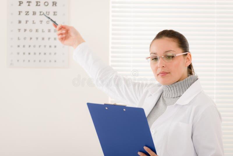 De artsenvrouw van de opticien met glazen en ooggrafiek royalty-vrije stock afbeelding