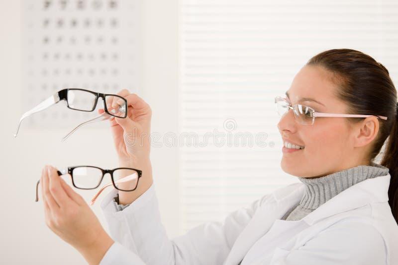 De artsenvrouw van de opticien met glazen en ooggrafiek royalty-vrije stock afbeeldingen