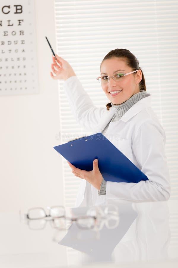 De artsenvrouw van de opticien met glazen en ooggrafiek stock fotografie