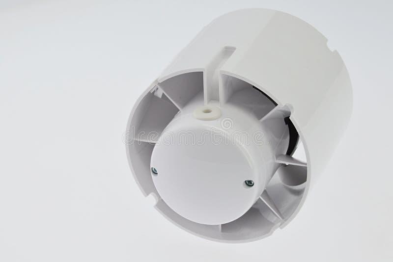 In de asdieventilator van de lijnbuis voor ventilatie, lichtgrijze achtergrond, hoger zijaanzicht wordt gebruikt stock afbeelding