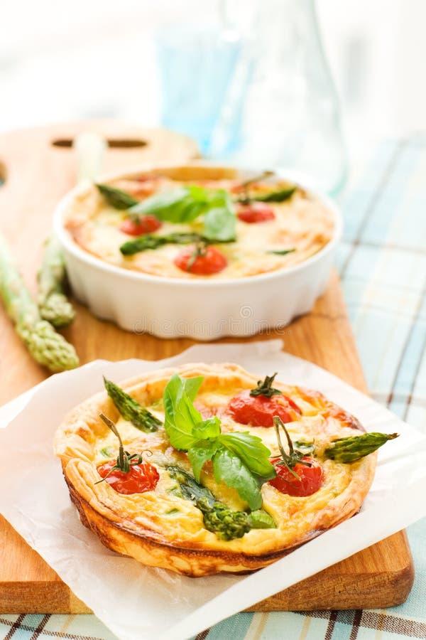 De aspergequiche van de tomaat stock afbeelding