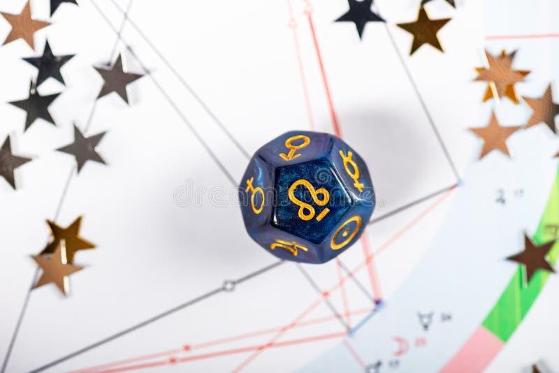 De astrologie dobbelt met symbool van Rahu stock afbeeldingen