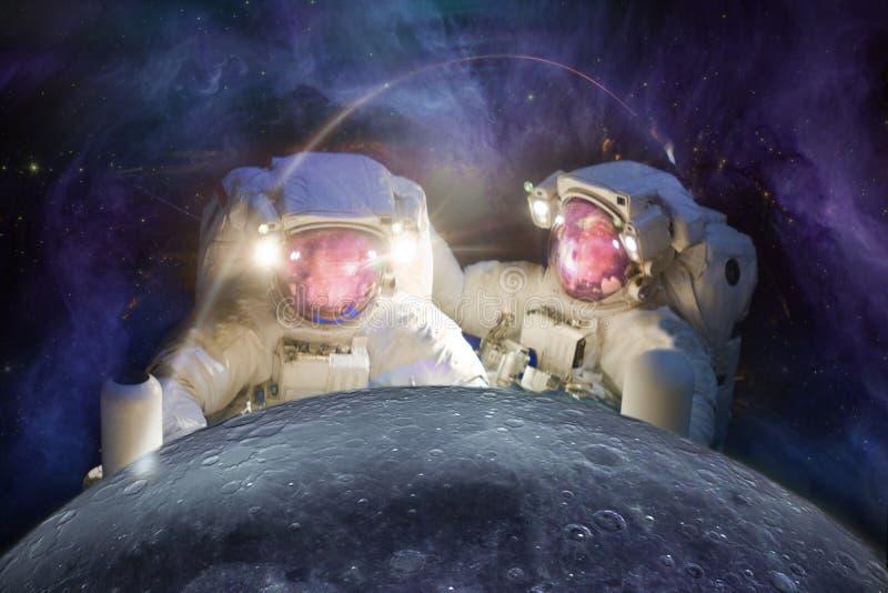 De astronauten nemen de Maan waar stock afbeelding