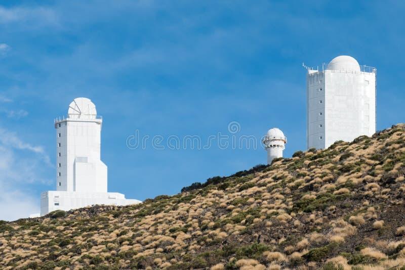 De astronomische gebouwen van de waarnemingscentrumpost op berg stock foto's