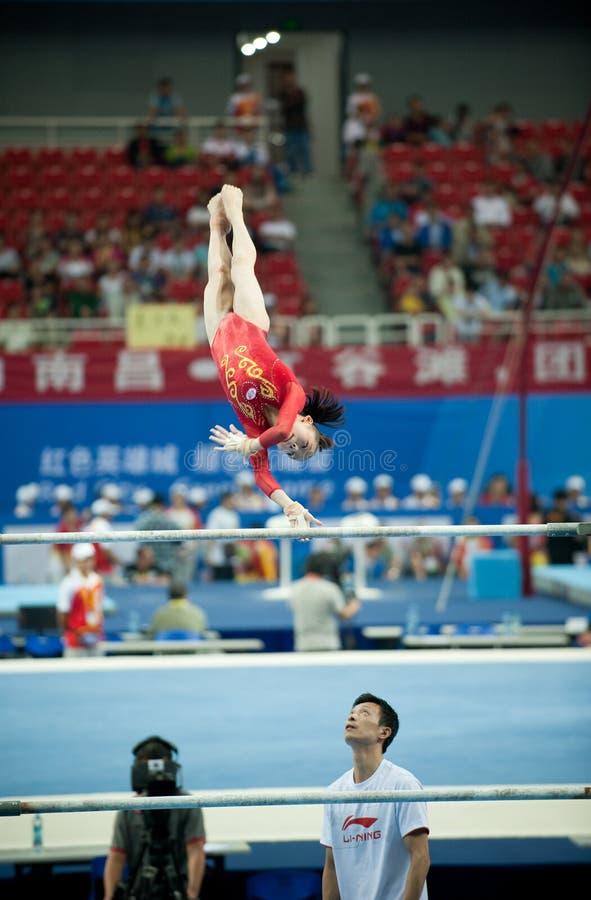 De asymmetrische bar-Chinese gymnastiekconcurrentie in de Zevende Nationale Stadsspelen stock afbeeldingen