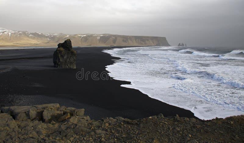 De Atlantische kust met zwart zand en reusachtige lavarotsen stock afbeeldingen