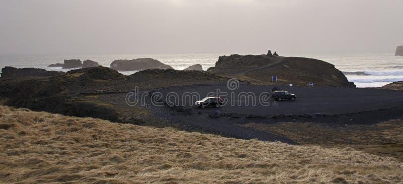 De Atlantische kust met zwart zand en reusachtige lavarotsen stock fotografie