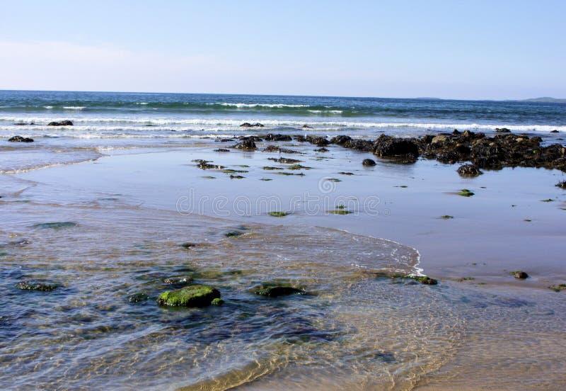 De Atlantische Oceaan bij Strandhill-strand Ierland royalty-vrije stock foto