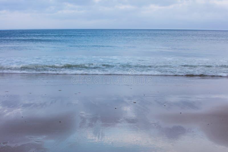 De Atlantische Oceaan en Toneelstrand op Cape Cod stock afbeelding