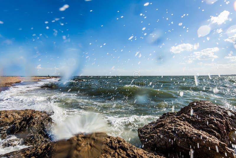 De Atlantische Oceaan in het Park van het Vuurtorenpunt in New Haven Connecticut royalty-vrije stock fotografie
