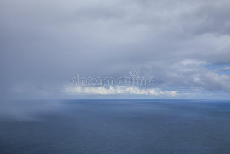 De Atlantische Oceaan van de noordelijke kust van Madera wordt gezien die royalty-vrije stock afbeelding