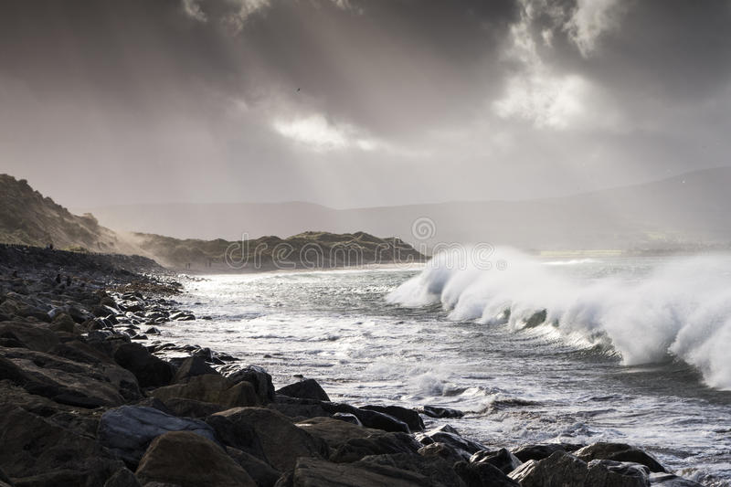De Atlantische onweersgolven raken de westkust van Ierland royalty-vrije stock foto's