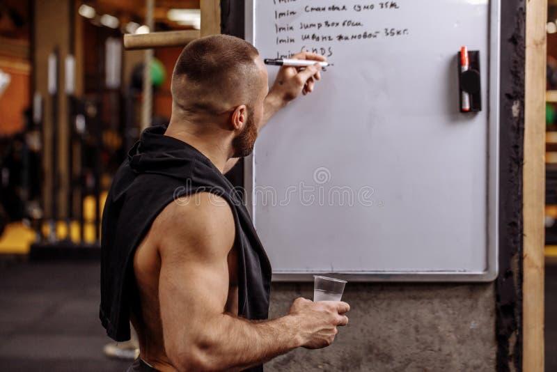 De atleet maakt omhoog een trainingroutine terwijl het rusten stock fotografie