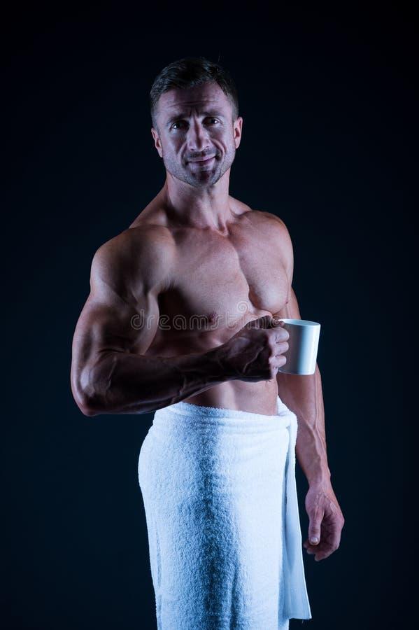 De atleet met zes pakken en ab-de spieren in Sport en fitness Het concept van de lichaamshygi?ne Bodybuilder perfect naakt lichaa royalty-vrije stock foto