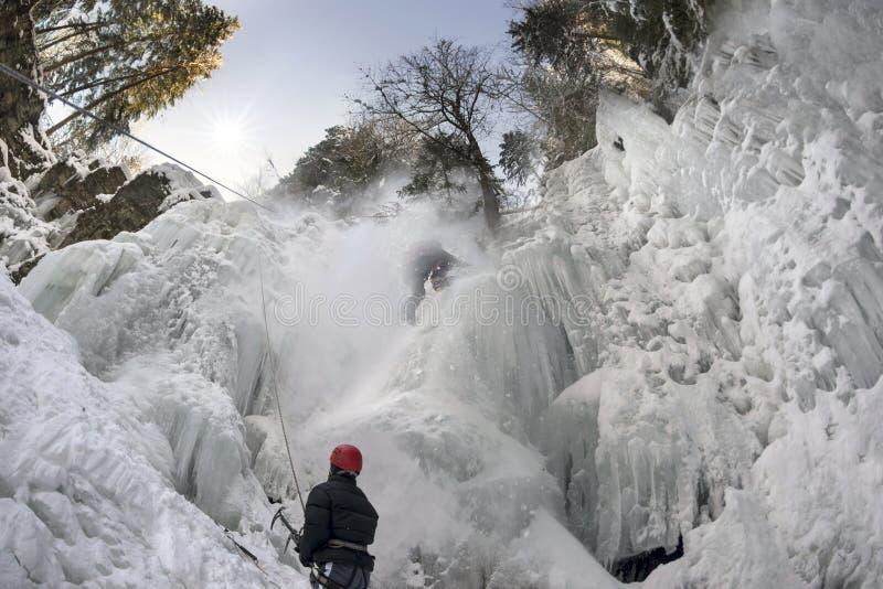De atleten bij Manyavsky-waterval vielen in een lawine stock afbeelding