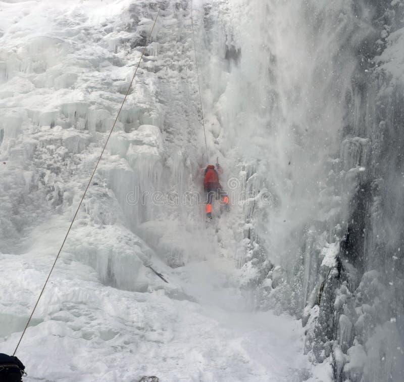 De atleten bij Manyavsky-waterval vielen in een lawine stock foto's