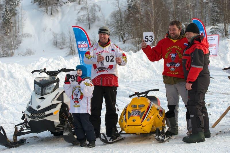De atleten op een sneeuwscooter ontvingen hun beginnende aantallen royalty-vrije stock fotografie