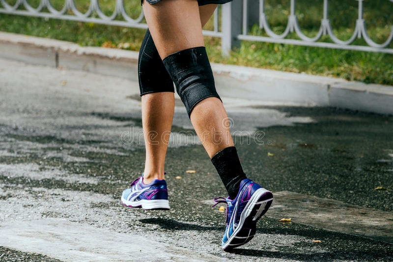 De atleten van benenvrouwen in kniestootkussen stock fotografie