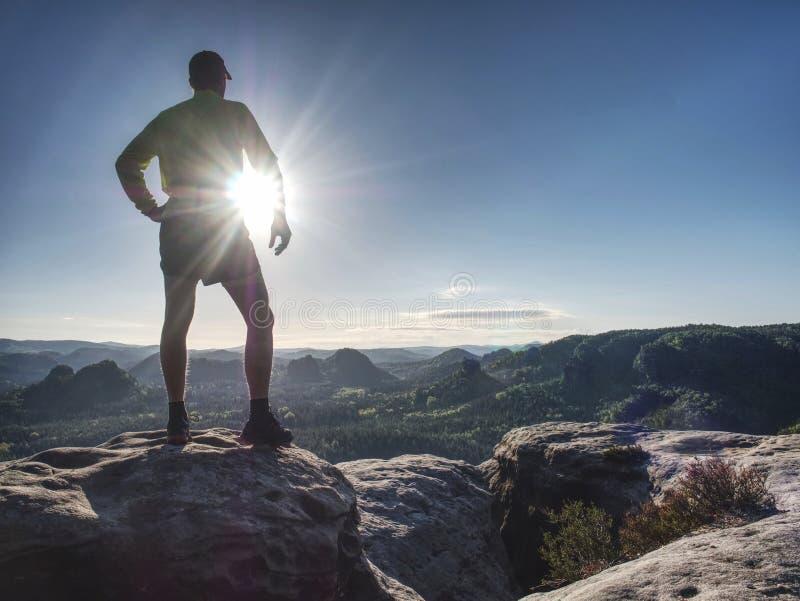 De atletenmens van de sleepagent Slanke persoon opleiding in bergen stock foto's