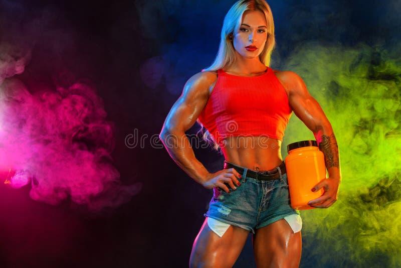 De atletische jonge vrouwenbodybuilder op stero?den weet hoe vaak u kunt hebben maaltijd bedriegen royalty-vrije stock foto