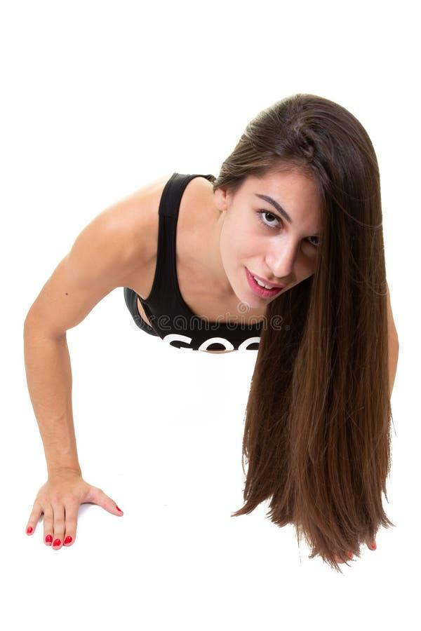De atletische Mooie jonge Dwarsfitness van Vrouwenopdrukoefeningen in centrum van de Gymnastiek het Opleidende sport royalty-vrije stock afbeeldingen