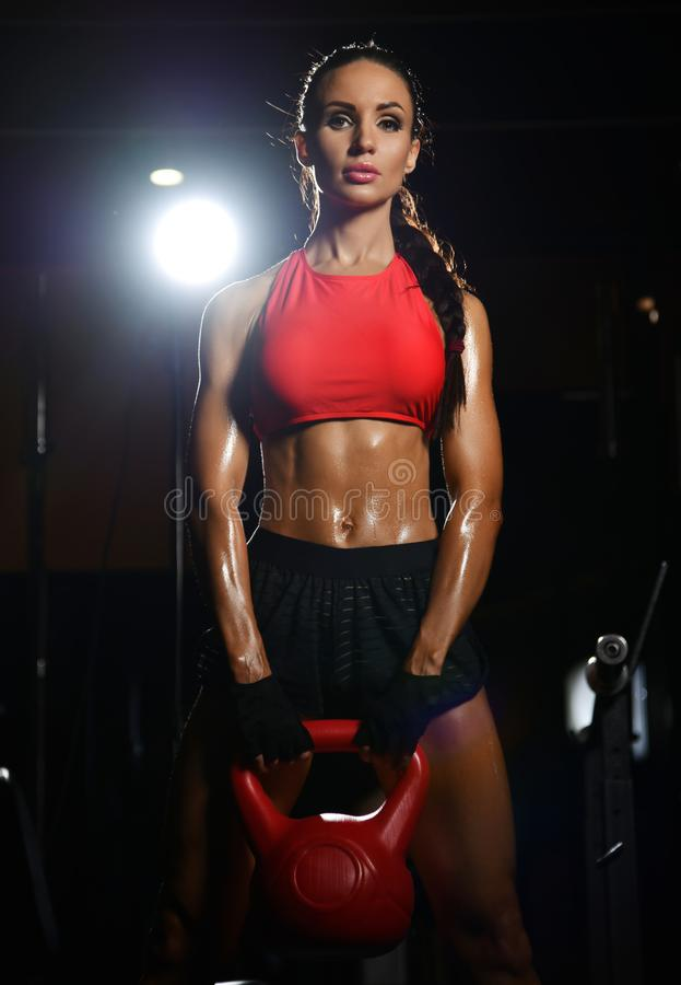 De atletische trainer die van de vrouwen spiergeschiktheid met domoor in gymnastiekzaal uitwerken Het op dieet zijn en gewichtsve royalty-vrije stock afbeeldingen