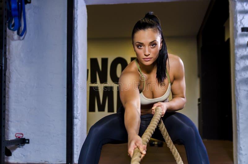 De atletische vrouw in actie, het trekken tast royalty-vrije stock foto's