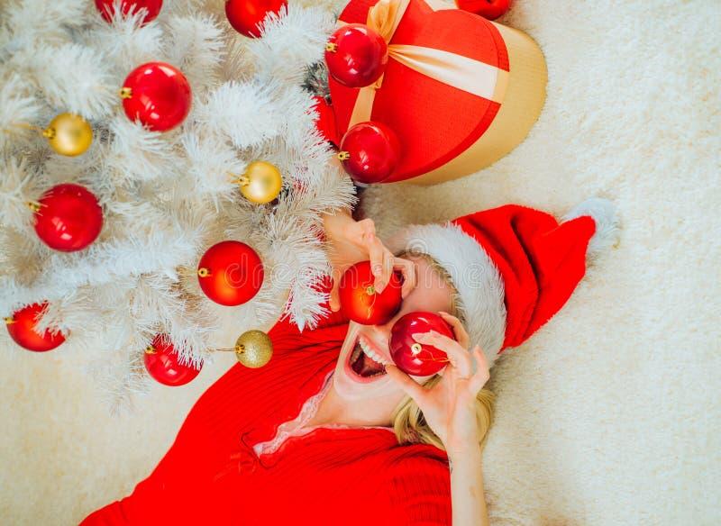 De atmosfeer van huiskerstmis De schoonheid ModelGirl in Santa Hat op huisontwerp verfraait Hulst heel swag Kerstmis en noel royalty-vrije stock foto's