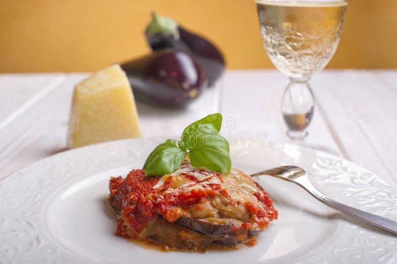 De aubergine van de parmezaanse kaas op schotel stock foto