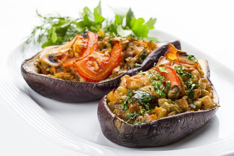 De aubergine wordt gevuld door groenten en paddestoelen stock afbeelding