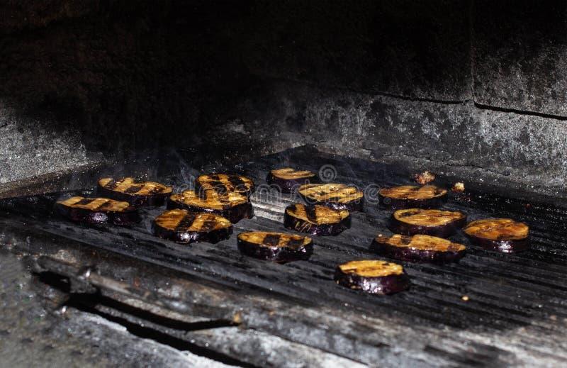 De aubergineplakken worden geroosterd in de oven, geroosterde groenten, close-up, de pompoen van Guinea royalty-vrije stock afbeelding