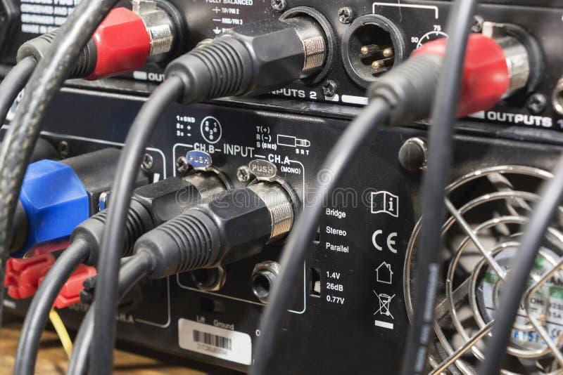 De audiohefboom en de draden verbonden met audiomixer, het materiaal van muziekdj bij overleg, festival, bar stock fotografie