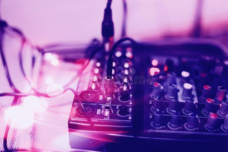 De audiohefboom en de draden verbonden met audiomixer, het materiaal van muziekdj bij overleg, festival, bar royalty-vrije stock foto